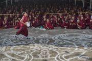 Во время учений Его Святейшества Далай-ламы по 18 коренным текстам и комментариям традиции Ламрим в монастыре Ганден Джангце монахи по традиции угощают всех слушателей тибетским чаем. Мундгод, Индия. 23 декабря 2014 г. Фото: Тензин Чойджор (офис ЕСДЛ)