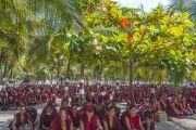 Монахи слушают учения Его Святейшества Далай-ламы по 18 коренным текстам и комментариям традиции Ламрим, сидя во дворе монастыря Ганден Джангце. Мундгод, Индия. 23 декабря 2014 г. Фото: Тензин Чойджор (офис ЕСДЛ)