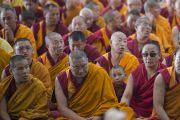 На учения Его Святейшества Далай-ламы по 18 коренным текстам и комментариям традиции Ламрим в монастыре Ганден Джангце собрались более 25 тысяч монахов и мирян. Мундгод, Индия. 23 декабря 2014 г. Фото: Тензин Чойджор (офис ЕСДЛ)