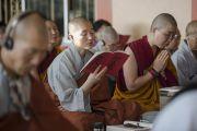 Вьетнамские монахи слушают учения Его Святейшества Далай-ламы по 18 коренным текстам и комментариям традиции Ламрим в монастыре Ганден Джангце. Мундгод, Индия. 23 декабря 2014 г. Фото: Тензин Чойджор (офис ЕСДЛ)