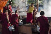 Монахи готовят чай, которым будут угощать более 25 тысяч слушателей, присутствующих на учениях Его Святейшества Далай-ламы в монастыре Ганден Джангце. Мундгод, Индия. 24 декабря 2014 г. Фото: Тензин Чойджор (офис ЕСДЛ)