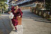 Монахи спешат угостить чаем всех слушателей (более 25 тысяч человек) на учениях Его Святейшества Далай-ламы в монастыре Ганден Джангце. Мундгод, Индия. 24 декабря 2014 г. Фото: Тензин Чойджор (офис ЕСДЛ)