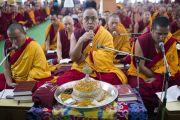 Мастер пения возглавляет чтение молитв в начале второго дня учений Его Святейшества Далай-ламы в монастыре Ганден Джангце. Мундгод, Индия. 24 декабря 2014 г. Фото: Тензин Чойджор (офис ЕСДЛ)