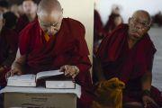 Монахи слушают учения Его Святейшества Далай-ламы по 18 коренным текстам и комментариями традиции Ламрим в монастыре Ганден Джангце. Мундгод, Индия. 24 декабря 2014 г. Фото: Тензин Чойджор (офис ЕСДЛ)