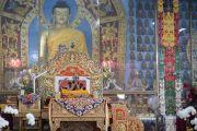 Его Святейшество Далай-лама читает молитвы в начале второго дня учений в монастыре Ганден Джангце. Мундгод, Индия. 24 декабря 2014 г. Фото: Тензин Чойджор (офис ЕСДЛ)