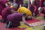 Его Святейшество Далай-лама совершает простирания перед алтарем в храме монастыря Ганден Джангце в начале второго дня учений. Мундгод, Индия. 24 декабря 2014 г. Фото: Тензин Чойджор (офис ЕСДЛ)