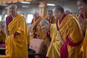 Линг Ринпоче почтительно взирает на Его Святейшество далай-ламу в начале второго дня учений. Мундгод, Индия. 24 декабря 2014 г. Фото: Тензин Чойджор (офис ЕСДЛ)