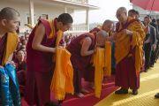 Его Святейшество Далай-ламу встречают в монастыре Дрепунг Гоманг в новом общежитии для монахов из Монголии. Мундгод, Индия. 25 декабря 2014 г. Фото: Тензин Чойджор (офис ЕСДЛ)