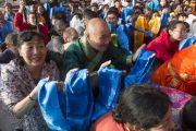 Почитатели приветствуют Его Святейшество Далай-ламу в монастыре Дрепунг Гоманг в новом общежитии для монахов из Монголии. Мундгод, Индия. 25 декабря 2014 г. Фото: Тензин Чойджор (офис ЕСДЛ)