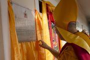 Его Святейшество Далай-лама торжественно открывает новое общежитие для монахов из Монголии, построенное в монастыре Дрепунг Гоманг. Мундгод, Индия. 25 декабря 2014 г. Фото: Тензин Чойджор (офис ЕСДЛ)