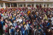 Его Святейшество Далай-лама позирует для групповой фотографии во дворе нового общежития для монахов из Монголии, построенного в монастыре Дрепунг Гоманг. Мундгод, Индия. 25 декабря 2014 г. Фото: Тензин Чойджор (офис ЕСДЛ)