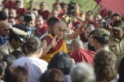 Его Святейшество Далай-лама машет рукой своим последователям, покидая новое общежитие для монахов из Монголии в монастыре Дрепунг Гоманг. Мундгод, Индия. 25 декабря 2014 г. Фото: Тензин Чойджор (офис ЕСДЛ)