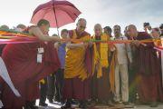 Его Святейшество Далай-лама торжественно перерезает ленточку на открытии нового затворного центра по Ламриму Ело Ринпоче в монастыре Дрепунг Гоманг. Мундгод, Индия. 25 декабря 2014 г. Фото: Тензин Чойджор (офис ЕСДЛ)