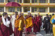 Его Святейшество Далай-лама во дворе нового затворного центра по Ламриу Ело Ринпоче в монастыре Дрепунг Гоманг по завершении торжественной церемонии открытия. Мундгод, Индия. 25 декабря 2014 г. Фото: Тензин Чойджор (офис ЕСДЛ)