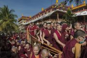 Некоторые из более 25 тысяч слушателей в ожидании выхода Его Святейшество Далай-ламы из храма по окончании третьего дня учений в монастыре Ганден Джангце. Мундгод, Индия. 25 декабря 2014 г. Фото: Тензин Чойджор (офис ЕСДЛ)