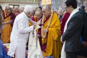 Министр высшего образования и туризма штата Карнатака Р.В. Дешпанде преподносит Его Святейшеству Далай-ламе шаль во время церемонии, посвященной 55-летию со дня первых учений, дарованных Далай-ламой в изгнании в Таванге. Мундгод, Индия. 26 декабря 2014 г. Фото: Тензин Чойджор (офис ЕСДЛ)