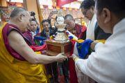 Его Святейшество Далай-лама принимает памятный подарок в честь 55-летия со дня первых учений, дарованных им в изгнании в Таванге. Мундгод, Индия. 26 декабря 2014 г. Фото: Тензин Чойджор (офис ЕСДЛ)
