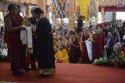 Дагьяб Ринпоче делает заявление во время церемонии подношения Его Святейшеству Далай-ламе молебна о долголетии. Мундгод, Индия. 26 декабря 2014 г. Фото: Тензин Чойджор (офис ЕСДЛ)