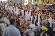 Тибетцы из региона Дагьяб в Кхаме несут подношения во время молебна о долголетии Его Святейшества Далай-ламы. Мундгод, Индия. 26 декабря 2014 г. Фото: Тензин Чойджор (офис ЕСДЛ)