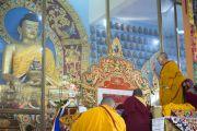 Его Святейшество Далай-лама воздает знаки почтения статуе Будды в монастыре Ганден Джангце утром пятого дня учений по 18 коренным текстам и комментариям традиции Ламрим. Мундгод, Индия. 27 декабря 2014 г. Фото: Тензин Чойджор (офис ЕСДЛ)