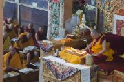 Его Святейшество Далай-лама дарует наставления в монастыре Ганден Джангце в пятый день учений по 18 коренным текстам и комментариям традиции Ламрим. Мундгод, Индия. 27 декабря 2014 г. Фото: Тензин Чойджор (офис ЕСДЛ)