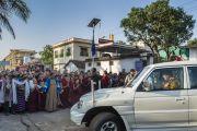 Его Святейшество Далай-лама подъезжает к монастырю Ганден Джангце утром пятого дня учений по 18 коренным текстам и комментариям традиции Ламрим. Мундгод, Индия. 27 декабря 2014 г. Фото: Тензин Чойджор (офис ЕСДЛ)