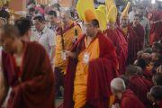 Его Святейшество Далай-лама возвращается в зал после обеденного перерыва в пятый день учений по 18 коренным текстам и комментариям традиции Ламрим. Мундгод, Индия. 27 декабря 2014 г. Фото: Тензин Чойджор (офис ЕСДЛ)