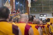 Его Святейшество Далай-лама читает молитвы по окончании пятого дня учений по 18 коренным текстам и комментариям традиции Ламрим. Мундгод, Индия. 27 декабря 2014 г. Фото: Тензин Чойджор (офис ЕСДЛ)