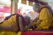 Лама Сопа Ринпоче почтительно приветствует Его Святейшество Далай-ламу в монастыре Ганден Джангце утром пятого дня учений по 18 коренным текстам и комментариям традиции Ламрим. Мундгод, Индия. 27 декабря 2014 г. Фото: Тензин Чойджор (офис ЕСДЛ)