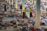 Волонтеры убирают помещение храма по окончанию пятого дня учений Его Святейшества Далай-ламы по 18 коренным текстам и комментариям традиции Ламрим в монастыре Дрепунг Джангце. Мундгод, Индия. 27 декабря 2014 г. Фото: Тензин Чойджор (офис ЕСДЛ)