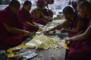 Монахи готовят обед, чтобы накормить более 25 тысяч человек, присутствующих на учениях Его Святейшества Далай-ламы в монастыре Ганден Джангце. Мундгод. Индия. 28 декабря 2014 г. Фото: Тензин Чойджор (офис ЕСДЛ)