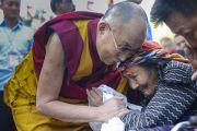 Его Святейшество Далай-лама здоровается с пожилой тибетской женщиной утром в завершающий день учений в монастыре Ганден Джангце. Мундгод. Индия. 28 декабря 2014 г. Фото: Тензин Чойджор (офис ЕСДЛ)