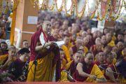 Монах провозглашает хвалу Его Святейшеству Далай-ламе во время пуджи долгой жизни в монастыре Ганден Джангце. Мундгод. Индия. 28 декабря 2014 г. Фото: Тензин Чойджор (офис ЕСДЛ)