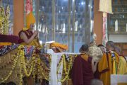 Его Святейшество Далай-лама принимает подношения во время пуджи долгой жизни в монастыре Ганден Джангце. Мундгод. Индия. 28 декабря 2014 г. Фото: Тензин Чойджор (офис ЕСДЛ)