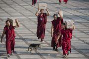 Монахи несут коробки с водой для более 25 тысяч участников учений Его Святейшества Далай-ламы в монастыре Ганден Джангце. Мундгод. Индия. 28 декабря 2014 г. Фото: Тензин Чойджор (офис ЕСДЛ)