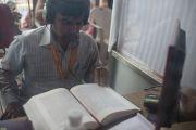 Переводчик на хинди переводит наставления Его Святейшества Далай-ламы в завершающий день учений в монастыре Ганден Джангце. Мундгод. Индия. 28 декабря 2014 г. Фото: Тензин Чойджор (офис ЕСДЛ)