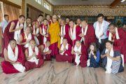 Его Святейшество Далай-лама фотографируется на память с членами оргкомитета учений Джангчуб Ламрим во время обеденного перерыва в завершающий день учений. Мундгод. Индия. 28 декабря 2014 г. Фото: Тензин Чойджор (офис ЕСДЛ)