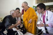 Его Святейшество Далай-лама во время посещения больницы Ганден Джангце. Мундгод. Индия. 28 декабря 2014 г. Фото: Тензин Чойджор (офис ЕСДЛ)