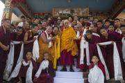 Его Святейшество Далай-лама и монахи монастыря ньингма. Мундгод. Индия. 28 декабря 2014 г. Фото: Тензин Чойджор (офис ЕСДЛ)