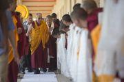 Его Святейшество Далай-ламу встречают в землячестве Дхокханг монастыря Ганден. Мундгод. Индия. 28 декабря 2014 г. Фото: Тензин Чойджор (офис ЕСДЛ)