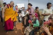 Его Святейшество Далай-лама приветствует пожилых тибетцев, выстроившихся вдоль дороги, чтобы увидеть своего духовного лидера. Мундгод. Индия. 28 декабря 2014 г. Фото: Тензин Чойджор (офис ЕСДЛ)