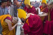 Его Святейшество Далай-лама и Ганден Трипа Ризонг Ринпоче обмениваются приветствиями в монастыре Дрепунг Лачи. Мундгод. Индия. 28 декабря 2014 г. Фото: Тензин Чойджор (офис ЕСДЛ)