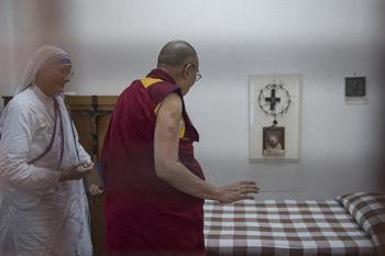 Далай-лама посетил в Калькутте католический орден милосердия, основанный матерью Терезой