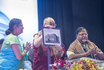 Далай-лама прочел лекцию о гуманистическом подходе к построению мира во всем мире в Калькутте