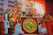 """Его Святейшеству Далай-ламе вручают памятный знак по окончании его лекции в зале """"Ганеш Кала Крида"""". Пуна, штат Махараштра, Индия. 31 декабря 2014 г. Фото: Джереми Рассел (офис ЕСДЛ)"""