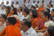 """Гости благотворительной организации """"Чанакая Манда Паривар"""" слушают Его Святейшество Далай-ламу. Пуна, штат Махараштра, Индия. 31 декабря 2014 г. Фото: Джереми Рассел (офис ЕСДЛ)"""