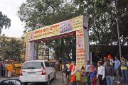 """Его Святейшество Далай-лама подъезжает к залу """"Ганеш Кала Крида"""", где должна состояться его лекция. Пуна, штат Махараштра, Индия. 31 декабря 2014 г. Фото: Джереми Рассел (офис ЕСДЛ)"""