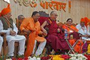 """Его Святейшество Далай-лама шутит, выступая с речью перед гостями благотворительной организации """"Чанакая Мандал Паривар"""". Пуна, штат Махараштра, Индия. 31 декабря 2014 г. Фото: Джереми Рассел (офис ЕСДЛ)"""