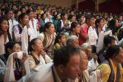 Тибетцы почтительно встречают Его Святейшество Далай-ламу перед началом его встречи с членами тибетской общины штата Гуджарат. Сурат, штат Гуджарат, Индия. 1 января 2015 г. Фото: Тензин Чойджор (офис ЕСДЛ)