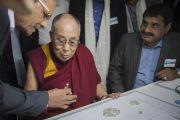 Его Святейшество Далай-ламу знакомят с процессом процесс сортировки алмазов в офисе компании Sree Ramakrishna Exports. Сурат, штат Гуджарат, Индия. 1 января 2015 г. Фото: Тензин Чойджор (офис ЕСДЛ)